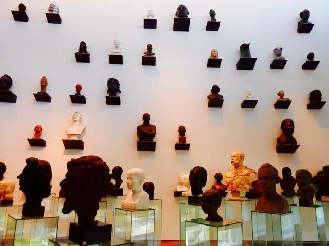 Skulptursamling presenterad på ett ovanligt sätt