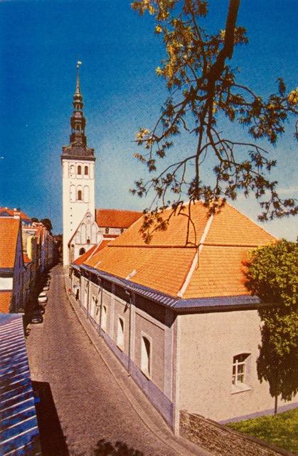 Besök i den svenska kyrkan S:t Mikaels församling (återbildad 1990) I bakgrunden syns tornet på  Nikolaikyrkan, som bombades av ryssarna 1944. Fotot hämtat från Svenska Församlingens broschyr