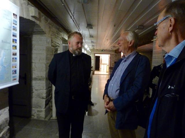 Patrik Göransson, som tillträdde 2000 då församlingen fick sin första egna kyrkoherde sedan andra världskriget. Här i samspråk med Peder Banér,
