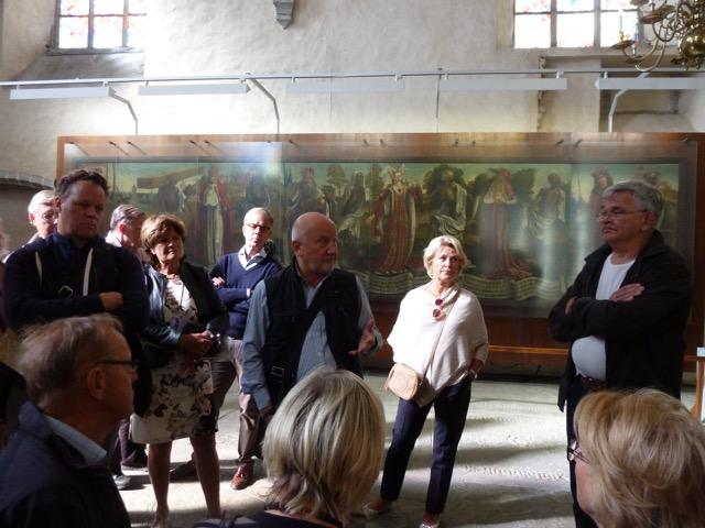 """Besök i Nokolailyrkan, som idag är ett museum för medeltida konst. Bernt Notkes berömda """"Dödsdansen"""" imponerade. Den bevarade målningen är 7,5 m bred och 1,6 m hög. Nu syns endast 13 figurer av de ursprungliga 50, Hans Lepp lyckades trots vakternas protester få berätta."""