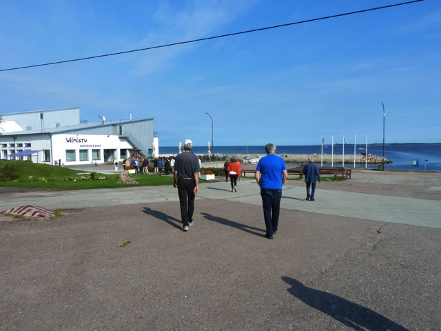 Ankomst till Vinistu, där resturang, hotell, hamn ....