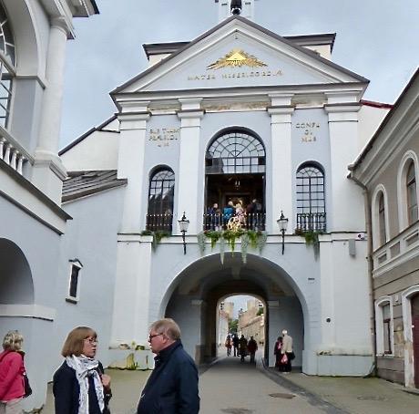 Ingång genom stadsmuren, Ausrosporten, med kapellet