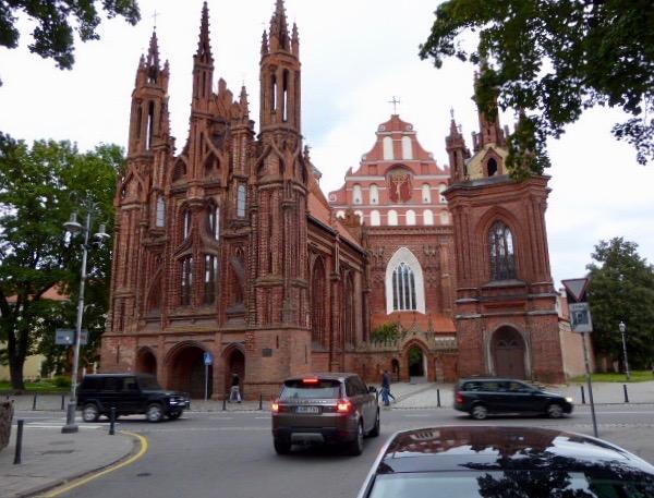 Sankt Anna kyrkan utsmyckad med 33 sorters tegel. Napoleon blev så förtjust  och ville ta den med sig till Paris