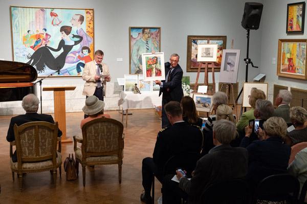 Mikael Warby och Anders Palmius presenterar lotteri-vinsterna