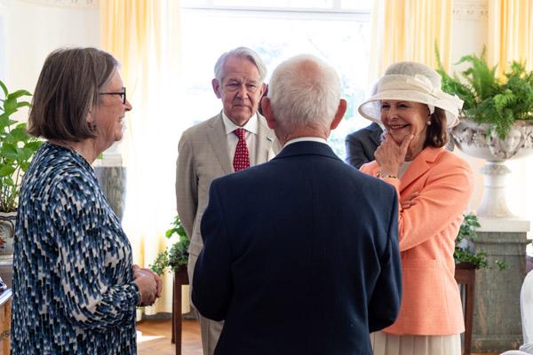 Drottningen samtalar med Pristagarna