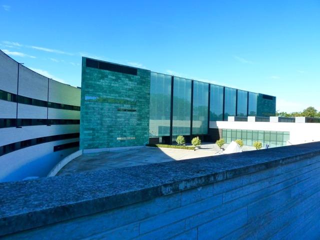 Samtidskonstmuseet KUMI ritat av den finske arkitekten Pekka Vapaavuori, invigt 2006, visar konst från 1800-1900 talet samt den socialrealistiska konsten 1945-1970