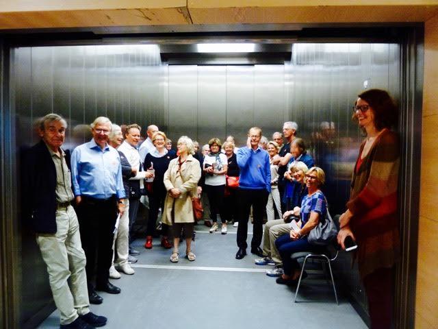 Alla 30 deltagarna i en enda hiss på väg upp till den den sovjetiska socialrealistiska konsten