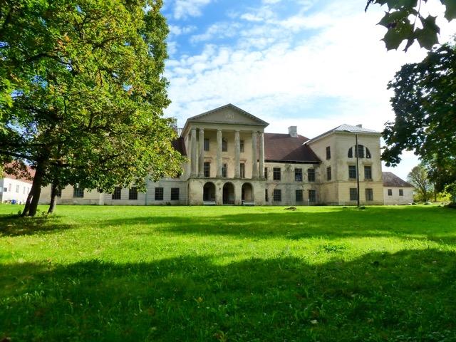 Kolck (Kolga), familjen Stenbocks imponerande gods från sent 1500-tal till 1940, då Margareta Stenbock lämnade för Sverige. Under  Kolks glansdagar levdes ett elegant liv med strålande fester. Godset ligger en timmes bussresa österut från Tallinn