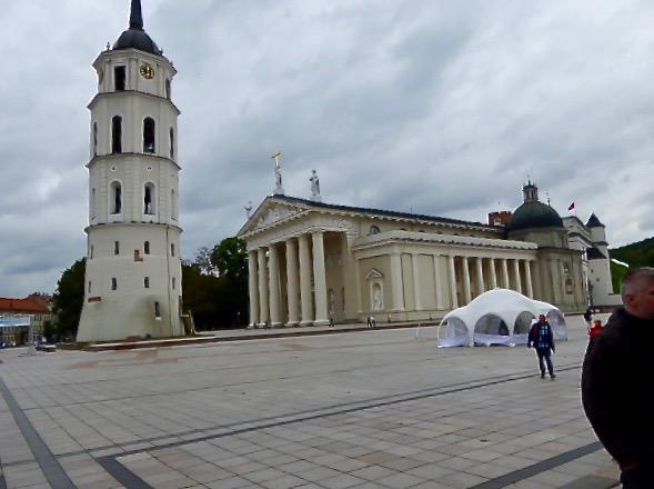 Vilnius första katedral från 1251 med nyklassisistisk fasad.  I bakgrunden t.h. syns Storhertigens palats.