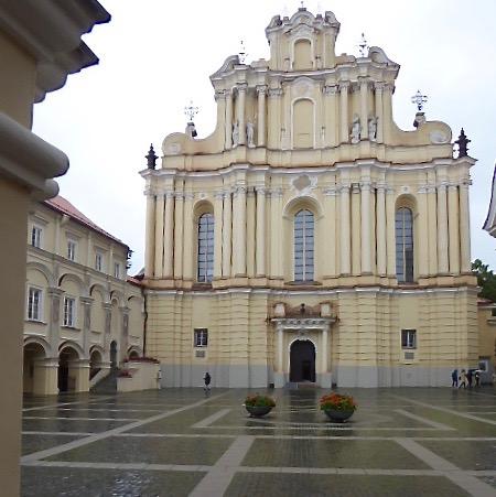 Johannes Döparens barockkyrka  dominerar Universitetsbyggnaderna i Vilnius.