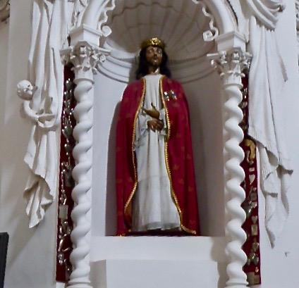 Petri och Pauluskyrkan är den mest imponerande av alla Vilnius barockkyrkor.       Den är unik i Europa med sina över 2000 statyer.       Kristusstatyn med peruk av riktigt hår ansågs kunna utföra mirakel.